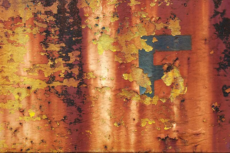 法郎符号,生锈的,英文字母f,废旧汽车场,水平画幅,无人,衰老过程,古老的,被抛弃的,过时的