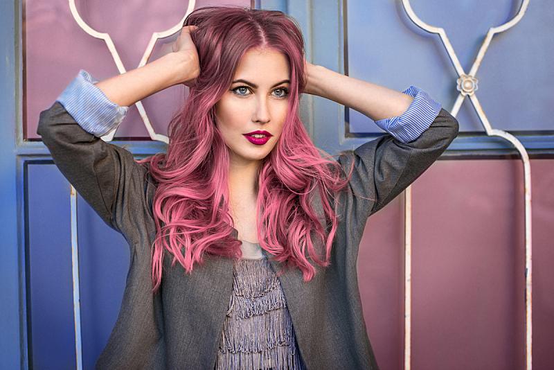 注视镜头,墙,时装模特,粉色头发,多色的,青少年,化妆用品,唇膏,人的眼睛,头发