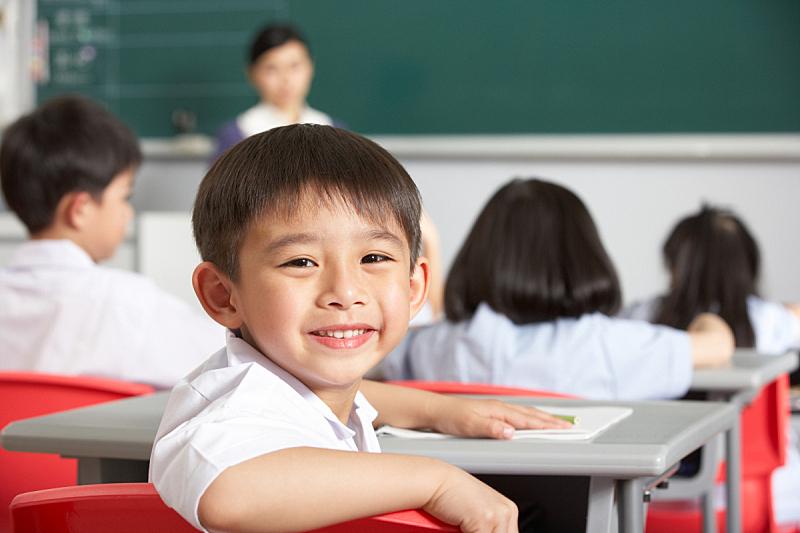 亚洲,教室,男孩,扭头看,亚洲人,校服,注视镜头,学龄儿童,人群,制服