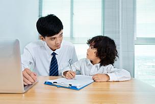 家庭作业,父子,正面视角,留白,家庭生活,男性,衬衫领带,知识,白色,单亲父亲