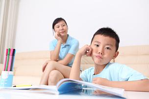母亲,儿子,家庭作业,老年人,五个人,家庭生活,男性,工业,知识,青年人