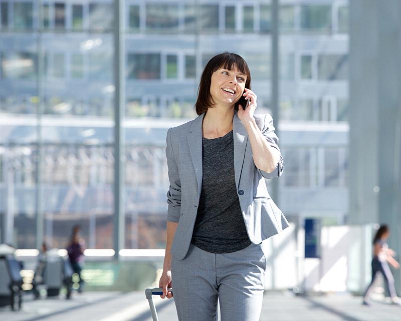 机场,手机,正面视角,留白,半身像,旅行者,套装,经理,仅成年人,专业人员