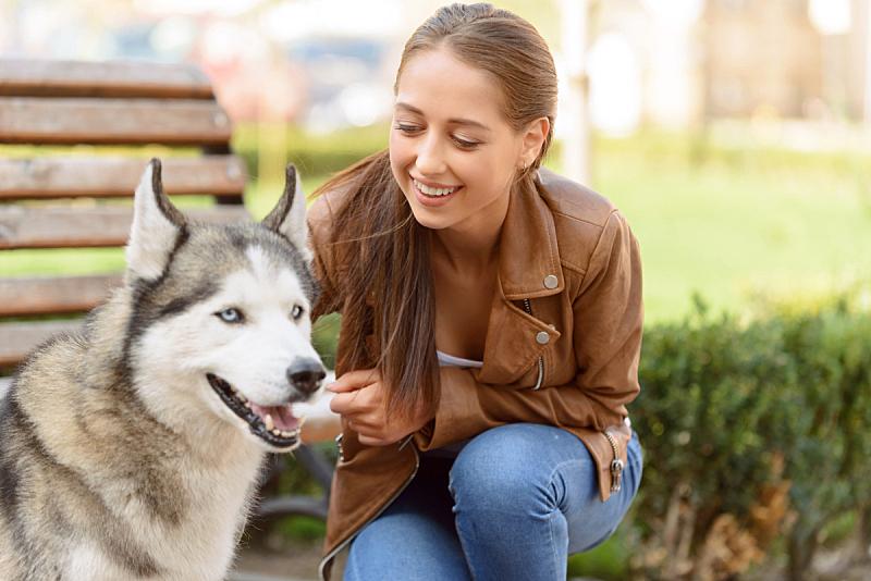 狗,舒服,进行中,女孩,水平画幅,周末活动,户外,友谊,人的脸部,成年的