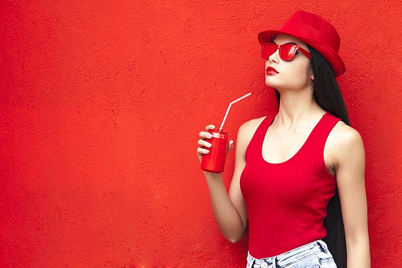 女人,红色,红色背景,正面视角,美,留白,半身像,水平画幅,饮料,不看镜头