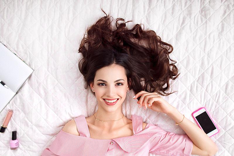 床,透过窗户往外看,头发,粉色,面膜,女人,时装模特,发型,青年女人