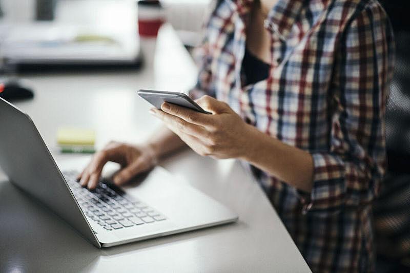 办公室,白昼,忙碌,计算机键盘,社会化网络,电子邮件,发短信,笔记本电脑,使用手提电脑,便携式信息设备