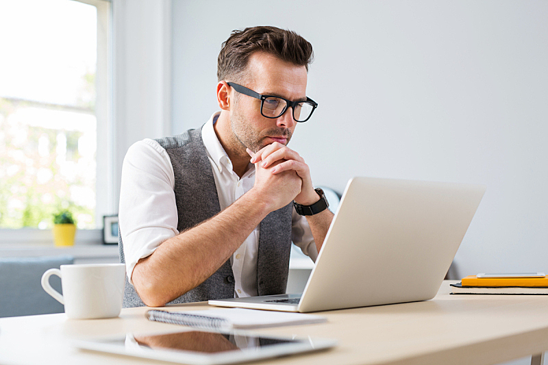 使用手提电脑,男人,眼镜,住宅内部,电子培训,商务休闲,书呆子,笔记本电脑,小办公室,休闲正装