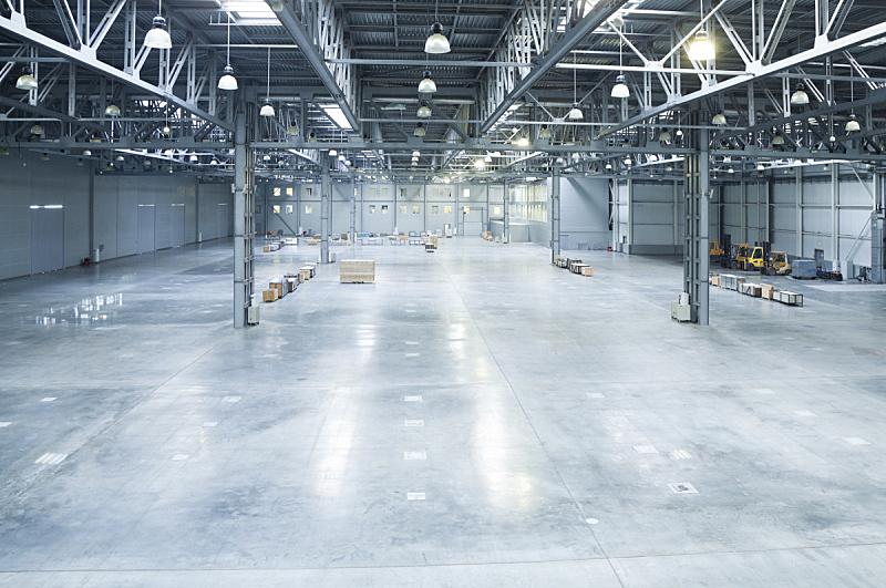 仓库,极简构图,天花板,飞机库,大型商场,叉车,皮卡车,屋顶横梁,正面视角,新的