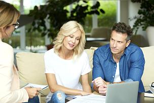 金融顾问,顾客,人寿保险,中老年伴侣,匈牙利,房地产经纪人,忠告,健康,使用手提电脑,正装