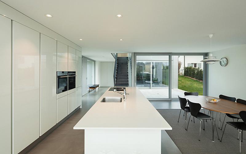 现代,室内,厨房,新的,水平画幅,墙,透过窗户往外看,别墅,无人,椅子