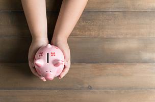 儿童,木制,拿着,猪,背景聚焦,小猪扑满,储蓄,水平画幅,高视角,银行