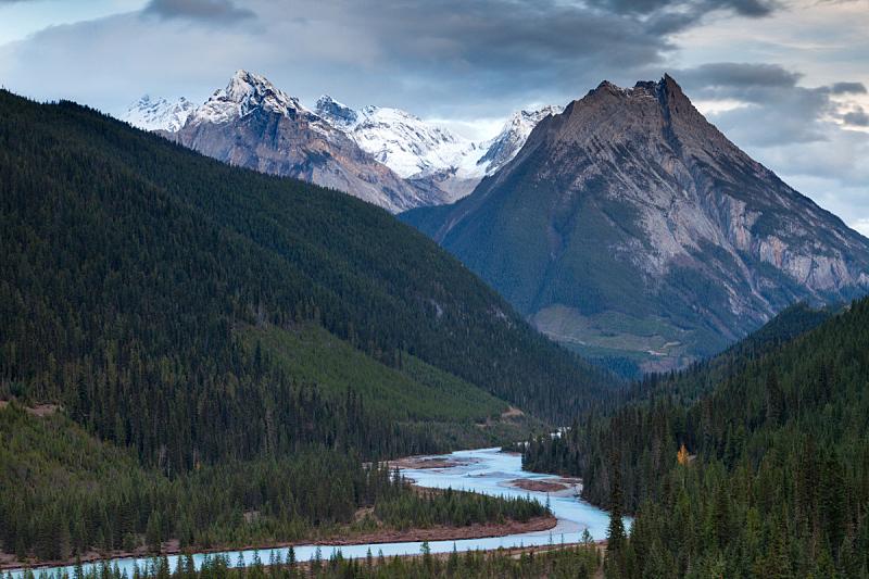 山,河流,加拿大落基山脉,水,天空,美,水平画幅,云,无人,早晨