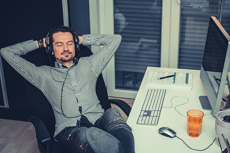音乐,修改系列,暴力,两手放头后面,脚悬空,小睡,仅一个中年男人,闭着眼睛,家庭办公,家庭工作间