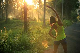 早晨,森林,慢跑,小路,青年人,修改系列,女性,自然公园,背面视角,后背