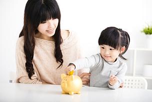 小猪扑满,幸福,母女,储蓄,儿童教育,儿童,家庭保险,美,水平画幅,美人
