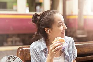 亚洲,青年人,快餐店,日本人,少女,牛肉汉堡,面包,日本,音乐,亚洲人