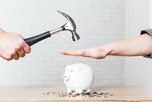 小猪扑满,锤子,在上面,白色,手牵手,存钱罐,坏掉的,银行,储蓄,猪嘴