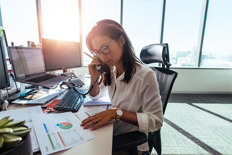 书桌,女商人,办公室,公司企业,女人,计算机,水平画幅,工作场所,电话机,文档