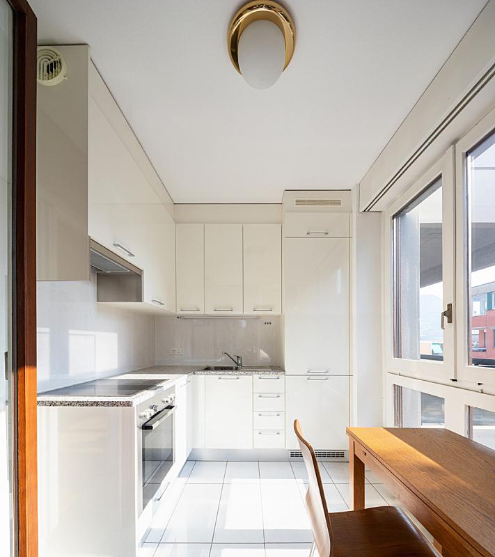现代,窗户,厨房,木制,桌子,正面视角,空的,冰箱,炊具,备餐间