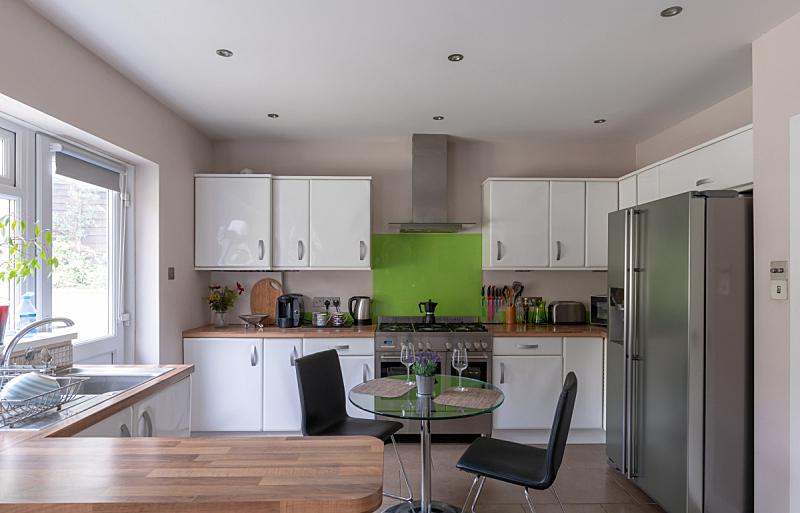 门,厨房,家庭花园,抽油烟机,灶台,冰箱,室内,图像,炊具,后门