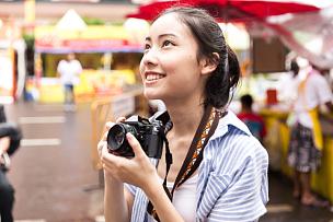 青年人,亚洲,水平画幅,新闻记者,旅行者,户外,仅成年人,日本人,东南亚,看