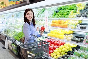 超级市场,中年女人,食品杂货,冷藏货架,日本,购物篮,日本人,蔬菜,亚洲人,仅女人