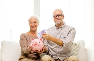 小猪扑满,住宅内部,老年伴侣,退休金,储蓄,水平画幅,伴侣,祖父,妻子,成年的