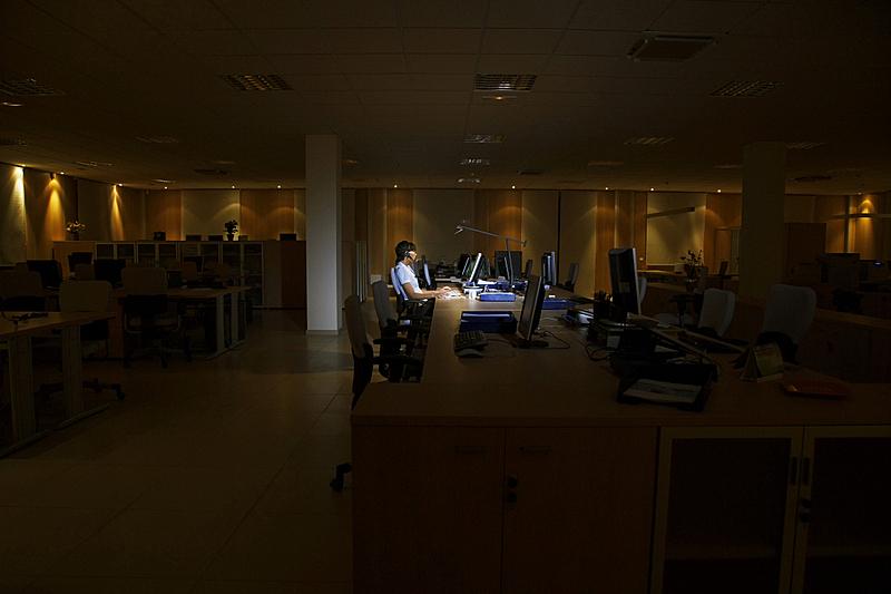 暗色,女人,使用电脑,办公室,夜晚,呼叫中心,水平画幅,椅子,侧面像,办公椅