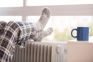 冬天,足,未知的事物,女人,两腿在脚踝处交叉,散热器,雨季,热,温度,袜子