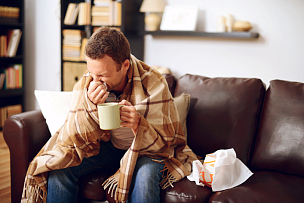 住宅内部,青年男人,窦炎,枯草热,擤鼻子,感冒病毒,手帕,热饮,30岁到34岁,男商人