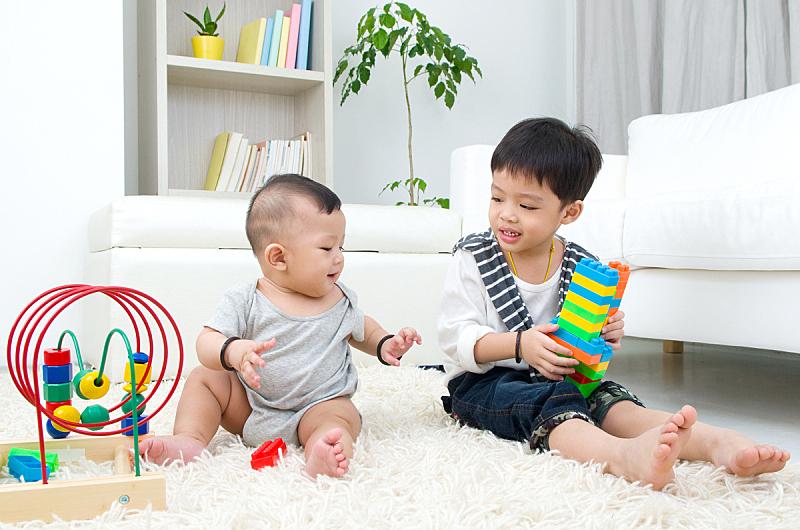 儿童,亚洲,泰国人,水平画幅,可爱的,东南亚人,人,拿着,兄弟姐妹,男性