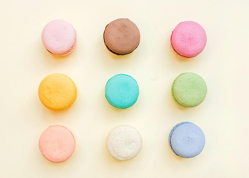 蛋白杏仁饼,饼干,甜食,多色的,彩色蜡笔,黄色背景,波普风,水平画幅,高视角,无人