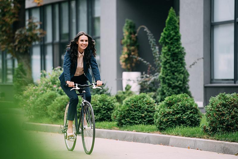 骑自行车,办公室,美,领导能力,水平画幅,工作场所,套装,户外,交通方式,白人