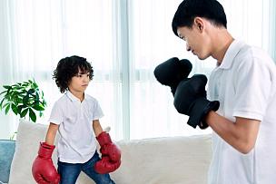 拳击,进行中,父子,polo衫,拳击手套,留白,男性,青年人,白色,运动