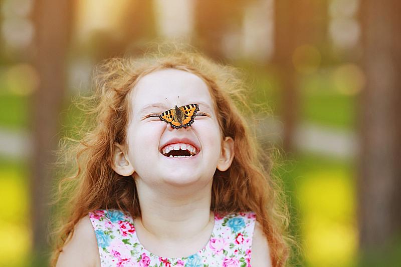 人的鼻子,蝴蝶,乐趣,女孩,水平画幅,公主,夏天,户外,俄罗斯,人的嘴