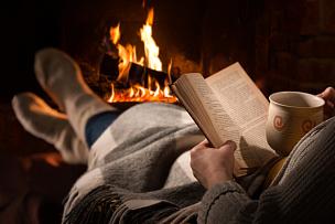 书,女人,壁炉,休闲活动,水平画幅,袜子,夜晚,热饮,饮料,咖啡
