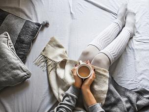 咖啡杯,拿着,青年女人,青少年,四肢,休闲活动,家庭生活,早晨,腿,周末活动