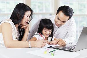 父母,儿童,家庭作业,可爱的,马来西亚人,笔记本电脑,拉美人和西班牙裔人,水平画幅,男性,日本人