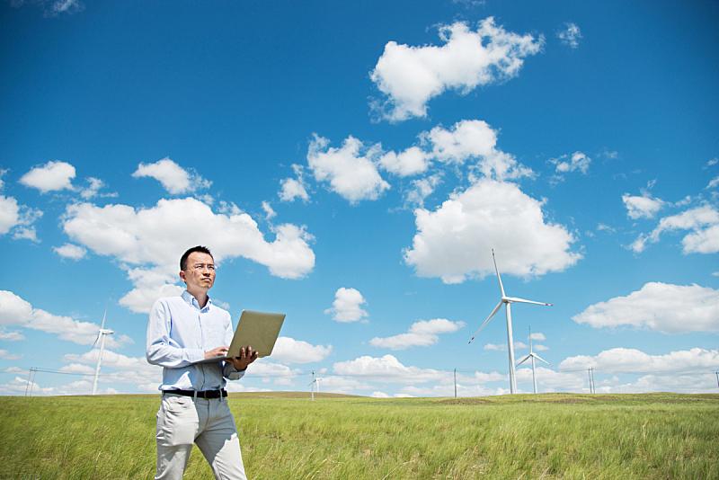 草地,男人,使用手提电脑,风轮机,风力,天空,留白,夏天,草,男商人
