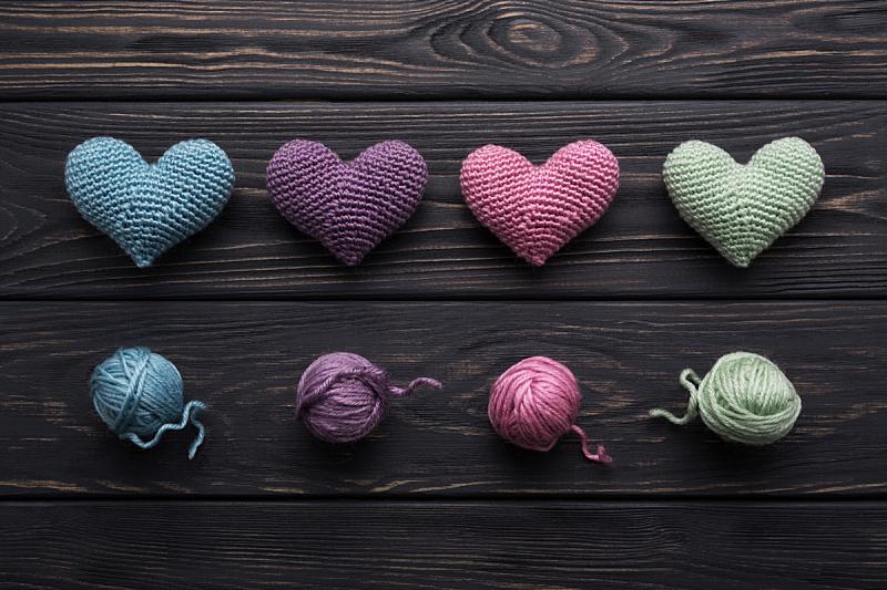 钩针编织品,灰色,桌子,木制,多色的,动物心脏,球,水平画幅,高视角,形状