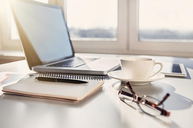 工作场所,家庭工作间,书桌,家庭办公,台式个人电脑,咖啡杯,笔记本电脑,办公室,计算机,职业