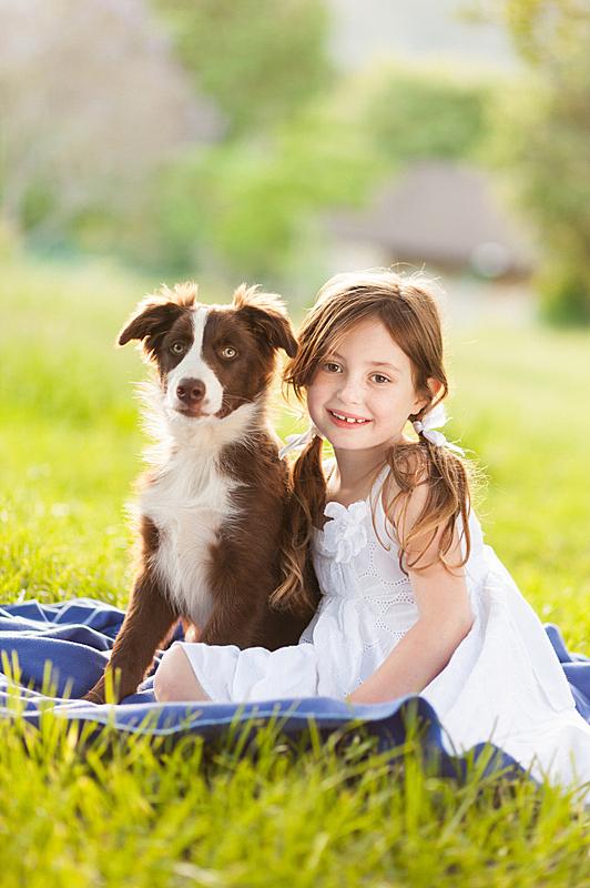 可爱的,小狗,女孩,宠物主人,垂直画幅,学龄前,草坪,草,责任,女生