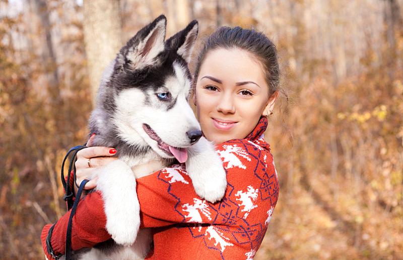 雪橇犬,小狗,自然美,青年女人,休闲活动,仅成年人,哺乳纲,青年人,平和,狗