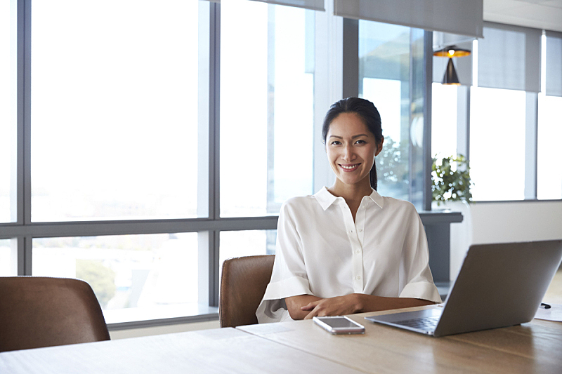 女商人,注视镜头,使用手提电脑,会议室,公司企业,笔记本电脑,亚洲人,书桌,仅一个女人,信心
