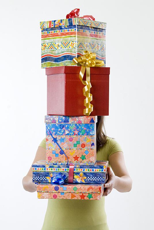 礼物,垂直画幅,女人,拿着,盒子,背景分离,堆,白色,成年的,包装纸