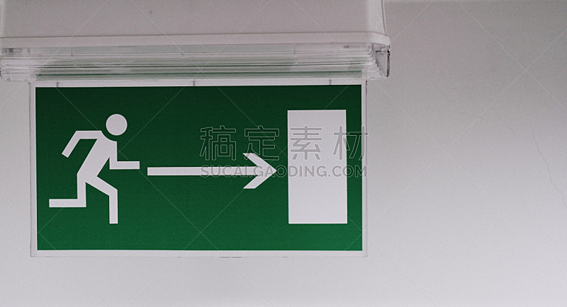标志,紧急出口,门口,水平画幅,墙,夜晚,符号,箭头符号,特写,方向