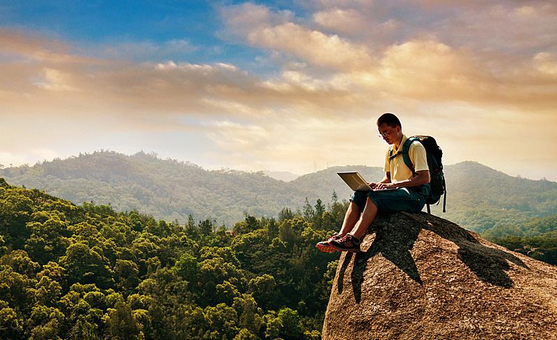 使用手提电脑,男性,岩石,徒步旅行,悬崖,偏远的,远程工作,笔记本电脑,山,侧面视角