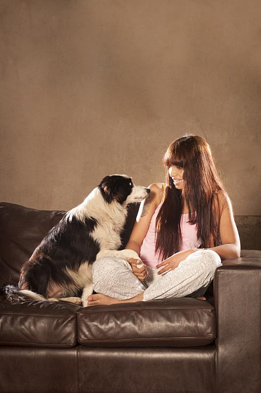 沙发,青年人,女人,狗,垂直画幅,美,褐色,美人,白人