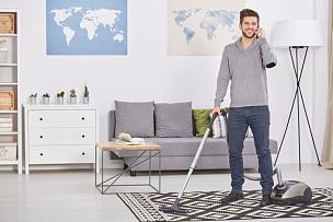 真空吸尘器,幸福,男人,单身,强迫性的,30到39岁,水平画幅,电话机,家庭生活,干净