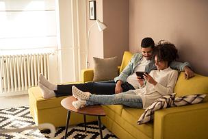 使用平板电脑,自己拥抱自己,沙发,家庭生活,起居室,平板电脑,网上冲浪,伴侣,丈夫,表